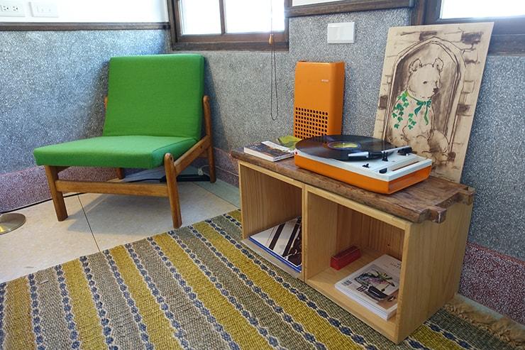 台北・迪化街のおしゃれな古民家リノベゲストハウス「OrigInn Space」スタンダードダブルルームのソファとレコードプレーヤー