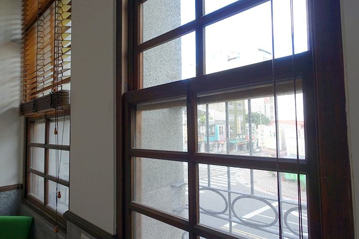 台北・迪化街のおしゃれな古民家リノベゲストハウス「OrigInn Space」スタンダードダブルルームの窓枠