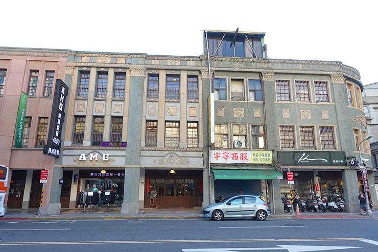 台北・迪化街のおしゃれな古民家リノベゲストハウス「OrigInn Space」のある有形文化財「六館街尾洋式店屋」の外観