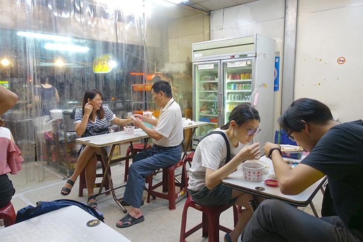 台北最大の超有名夜市・士林夜市「上等十全排骨」の店内