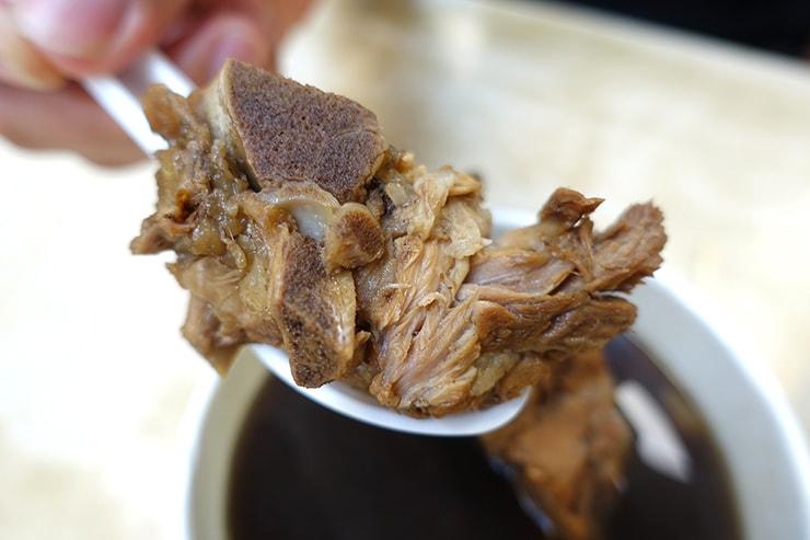 台北最大の超有名夜市・士林夜市「海友十全排骨」の十全藥燉排骨(薬膳スープ)に入った骨つき豚バラ肉