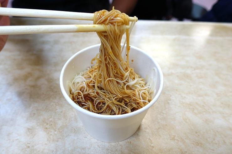 台北最大の超有名夜市・士林夜市「海友十全排骨」の乾麵線(台湾式そうめん)