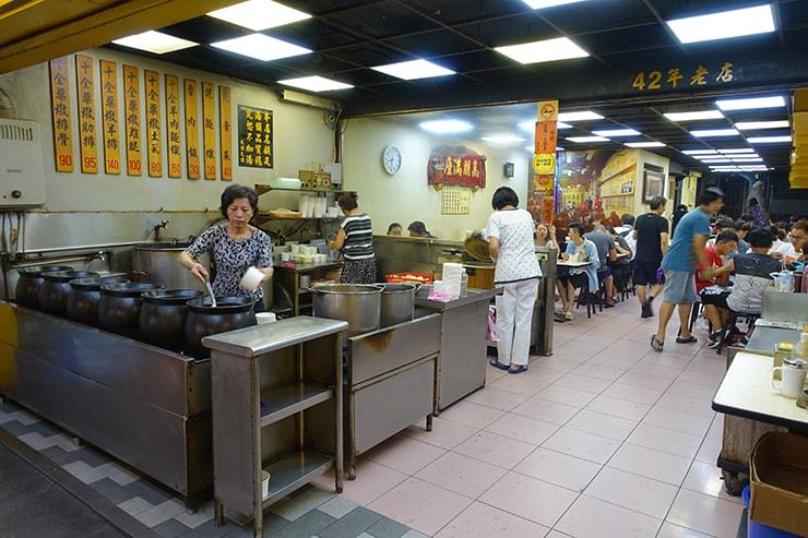 台北最大の超有名夜市・士林夜市「海友十全排骨」の店内