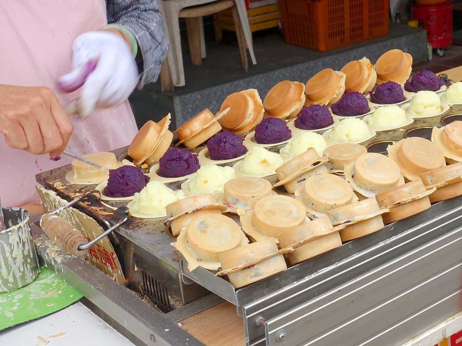 台北・迪化街の伝統グルメ店「永樂車輪餅」の屋台で焼かれる大判焼き