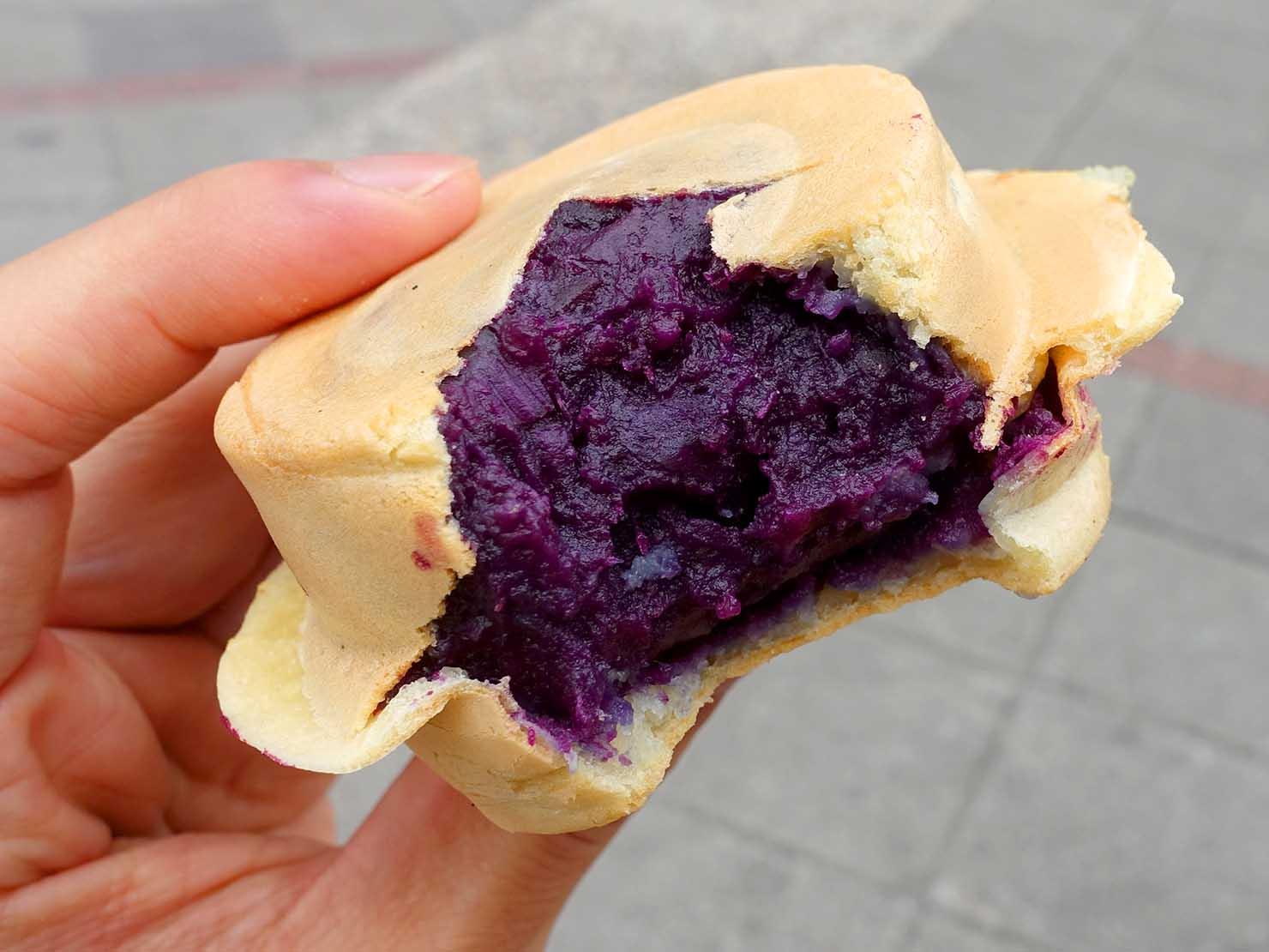 台北・迪化街の伝統グルメ店「永樂車輪餅」の紫心地瓜(紫芋)大判焼き