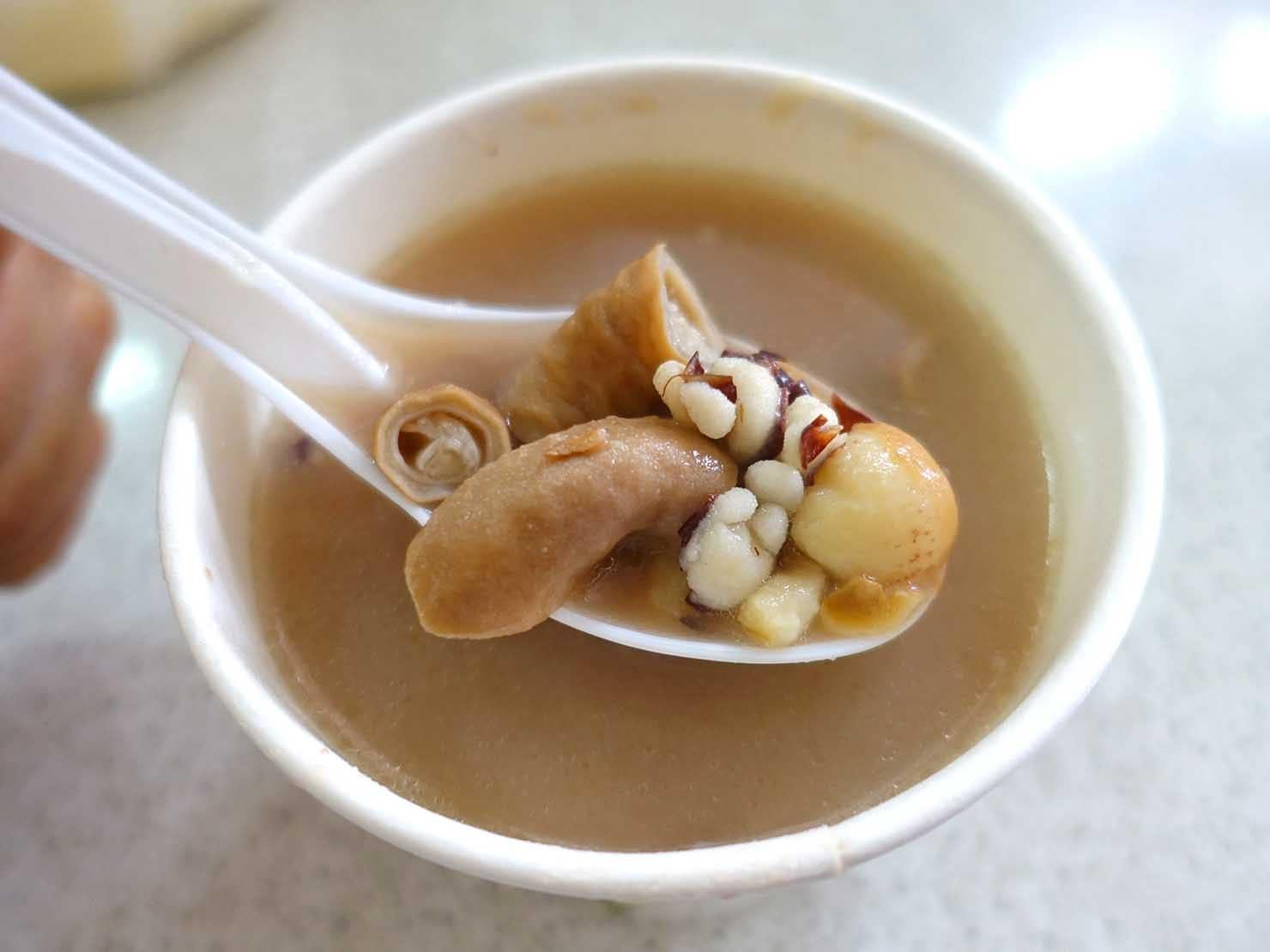 台北・迪化街の伝統グルメ店「妙口四神湯肉包」の四神湯(臓物スープ)