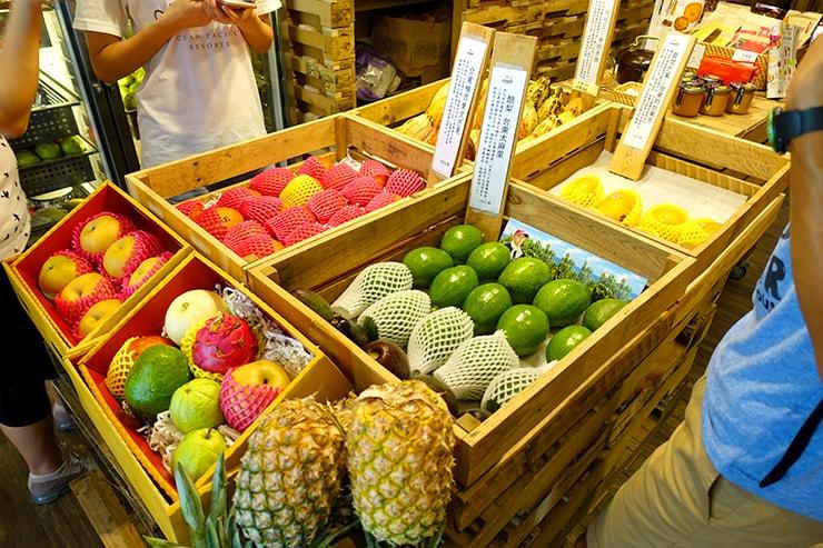 台北・迪化街のフルーツ専門店「豐味果品 fflavour」の店内に並ぶ高級フルーツ