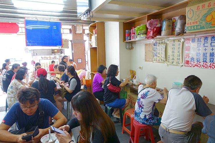 台北・迪化街の伝統デザート店「顏記杏仁露」の店内