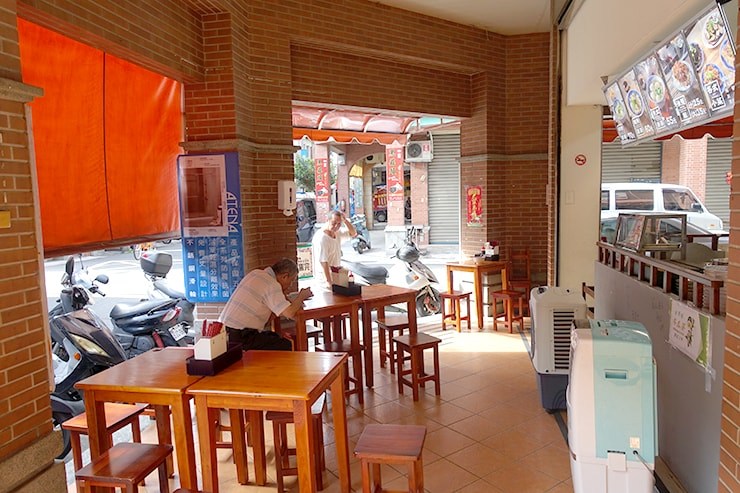 台北・迪化街の伝統グルメ店「老阿伯魷魚羹」の店内