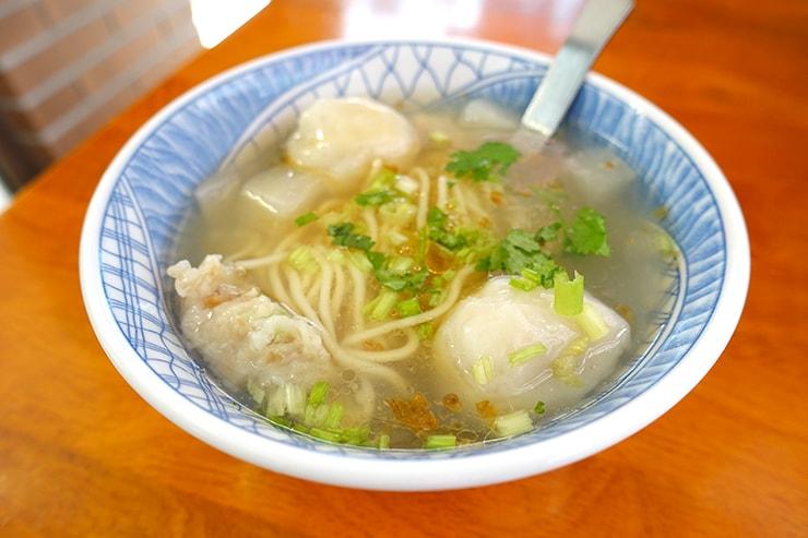 台北・迪化街の伝統グルメ店「老阿伯魷魚羹」の魷魚魚丸麵