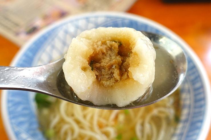 台北・迪化街の伝統グルメ店「老阿伯魷魚羹」魷魚魚丸麵の魚つみれ