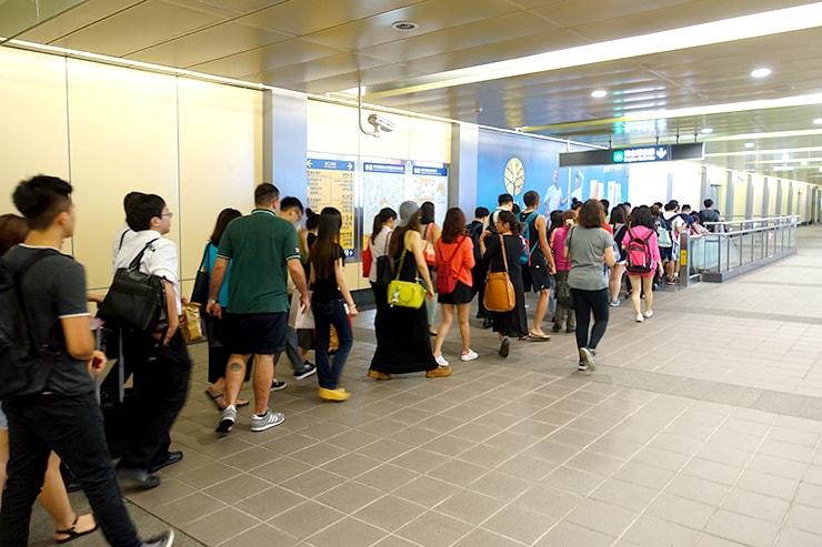 台湾のMRT(地下鉄)駅でエスカレーターにできる行列