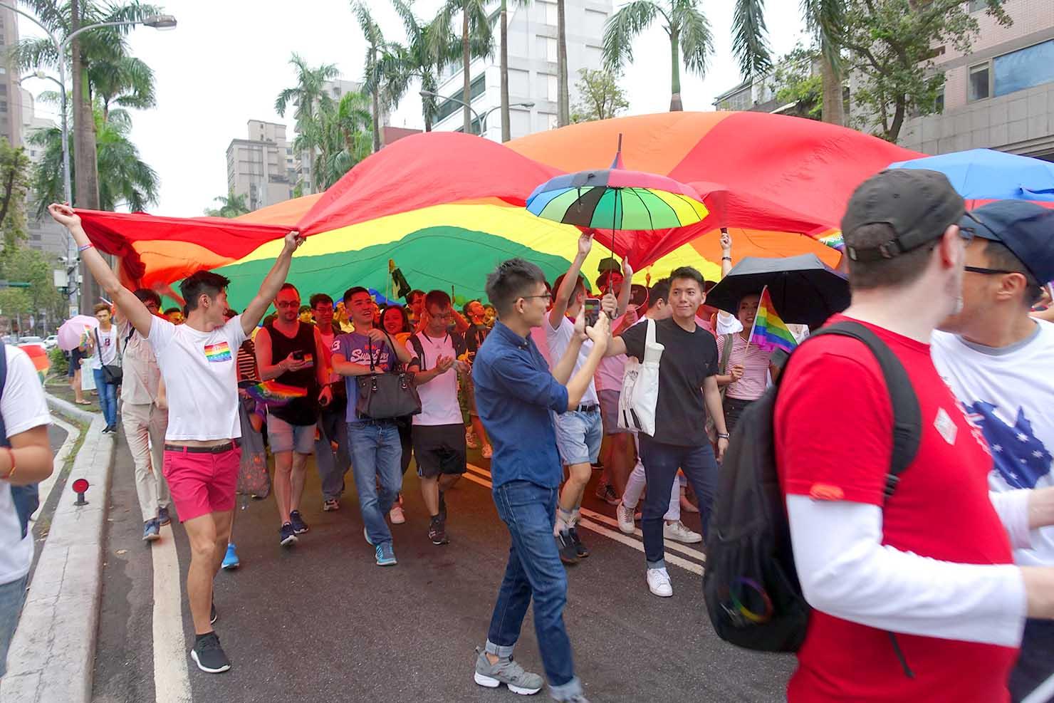2016台灣同志遊行(台湾LGBTプライド)に登場した超巨大レインボーフラッグ