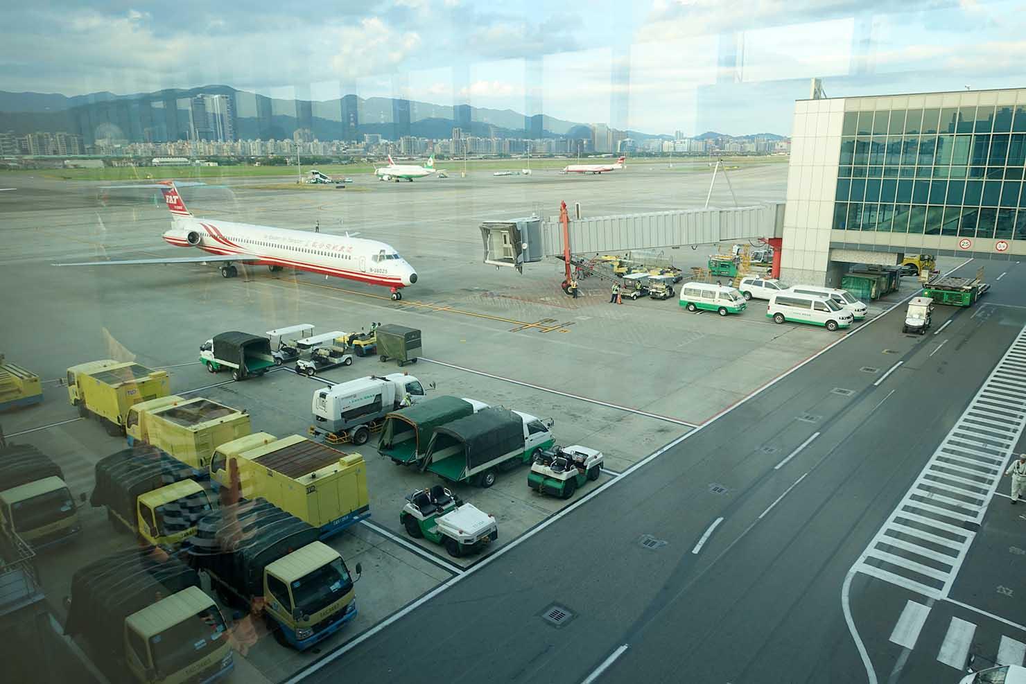 台北・松山空港3F展望デッキから眺める滑走路