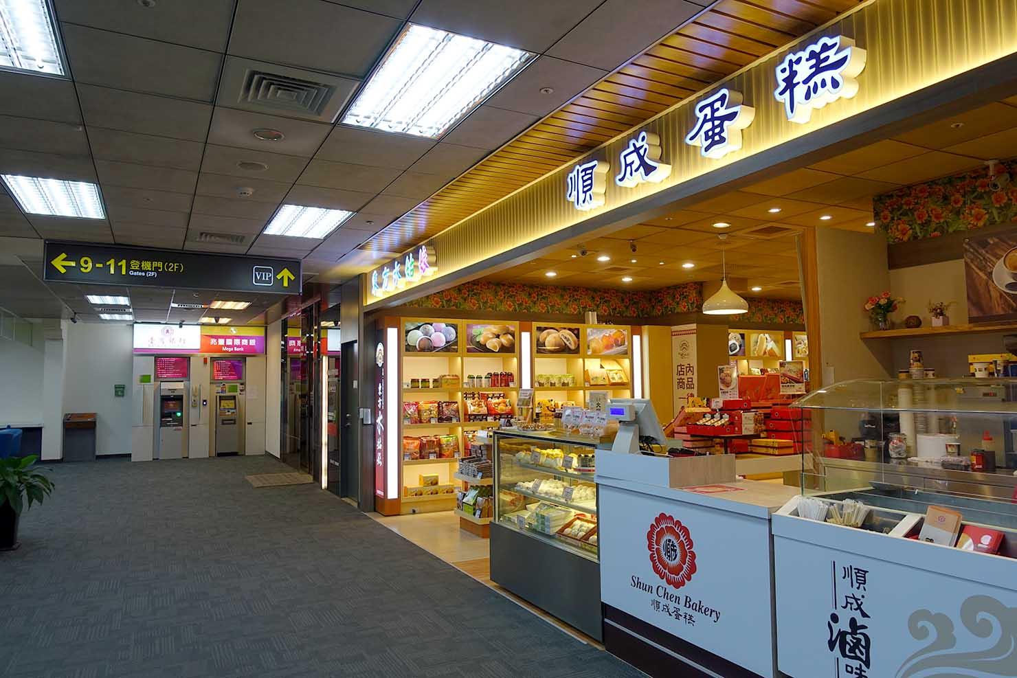 台北・松山空港国内線出発ロビーのおみやげ売り場とATM