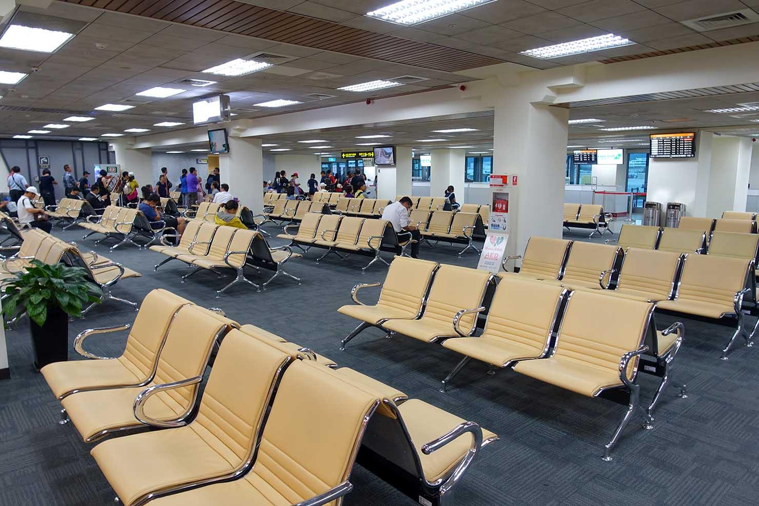 台北・松山空港国内線出発ロビーの待ち合いエリア