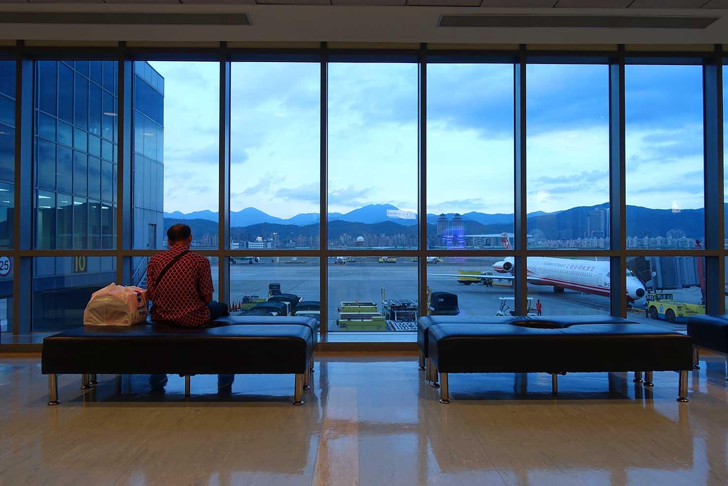 台北・松山空港国内線出発ロビーから眺める滑走路
