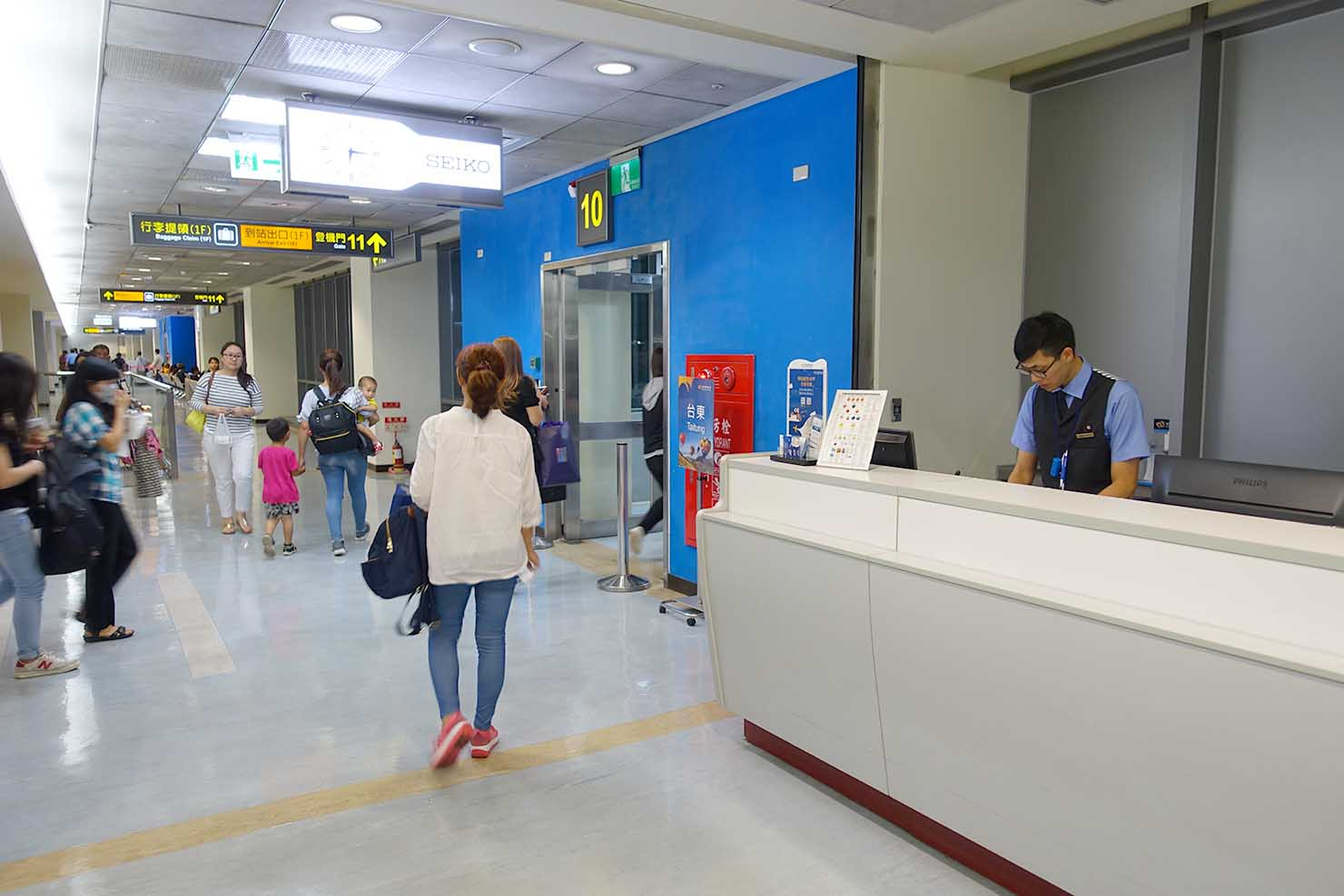 台北・松山空港国内線マンダリン航空(華信航空)台東行き搭乗開始