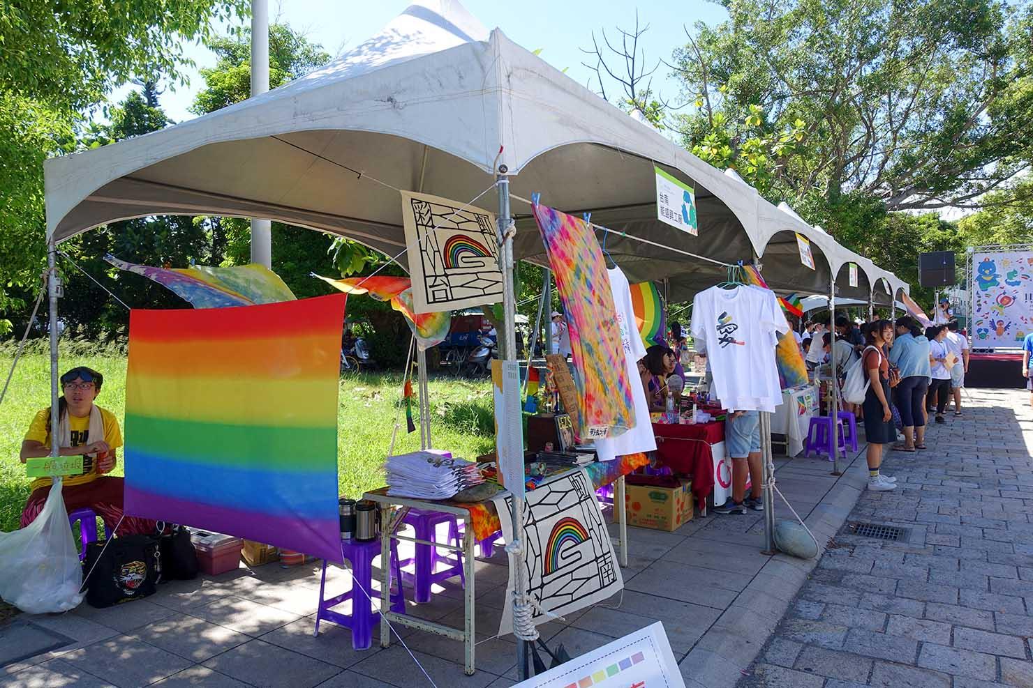 台湾東部のLGBTプライド「花東彩虹嘉年華」台東会場に並ぶグッズ販売のブース