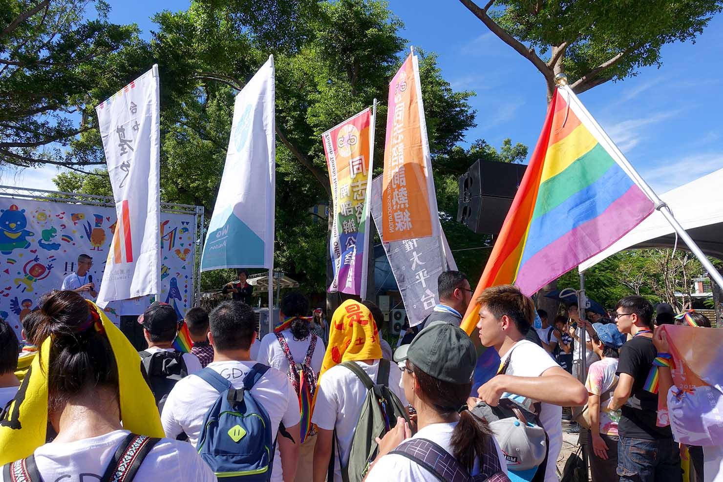台湾東部のLGBTプライド「花東彩虹嘉年華」台東会場のステージ前に集結するLGBT関連団体
