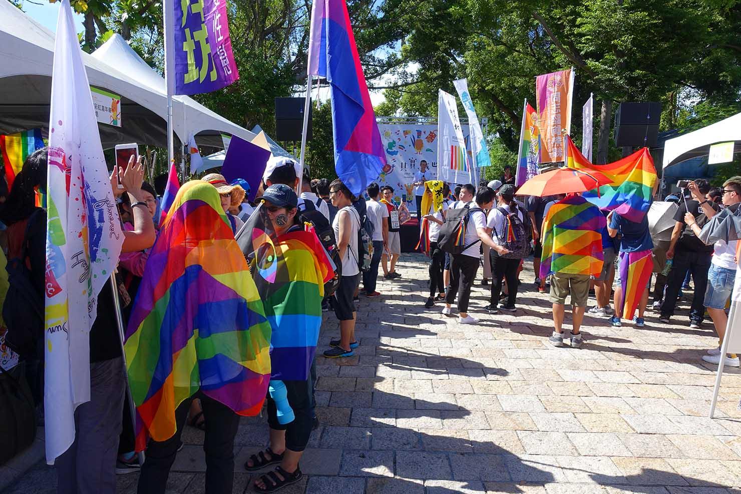 台湾東部のLGBTプライド「花東彩虹嘉年華」台東会場ステージ前でレインボーフラッグを纏う参加者