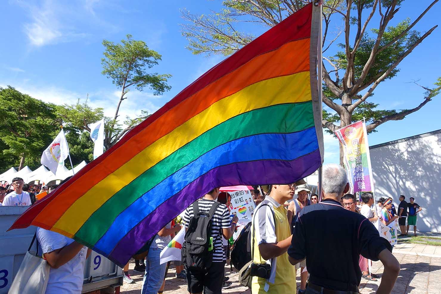 台湾東部のLGBTプライド「花東彩虹嘉年華」台東会場に翻るレインボーフラッグ