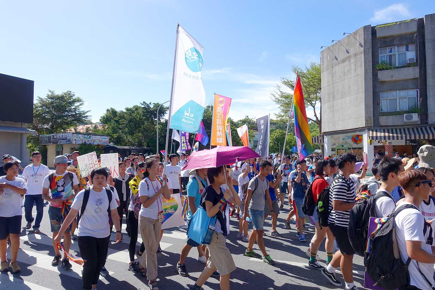 台湾東部のLGBTプライド「花東彩虹嘉年華」でパレードに出発する参加者たち