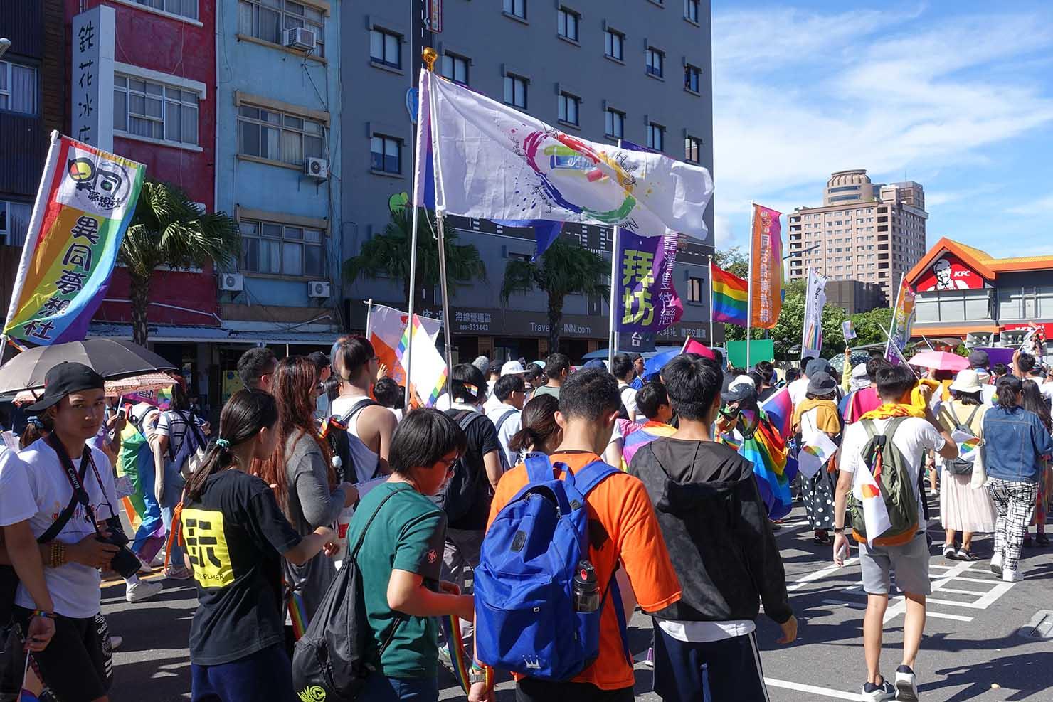 台湾東部のLGBTプライド「花東彩虹嘉年華」でパレードを歩く参加者たち