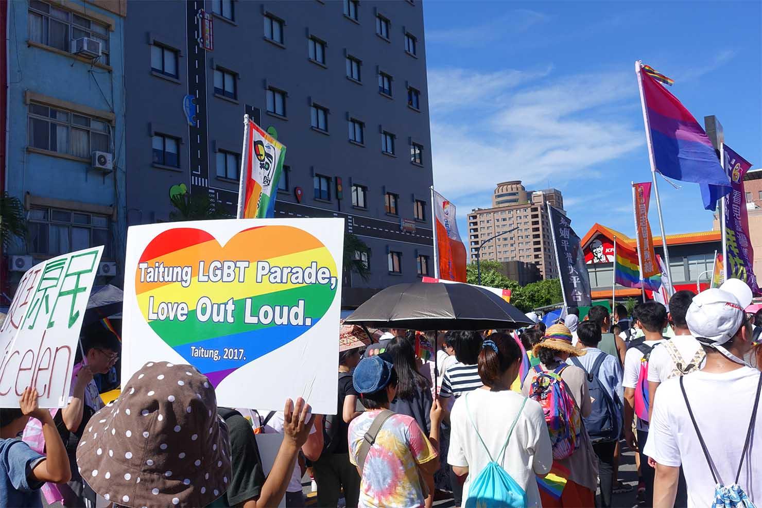 台湾東部のLGBTプライド「花東彩虹嘉年華」でにじいろハートのプラカードを掲げる参加者