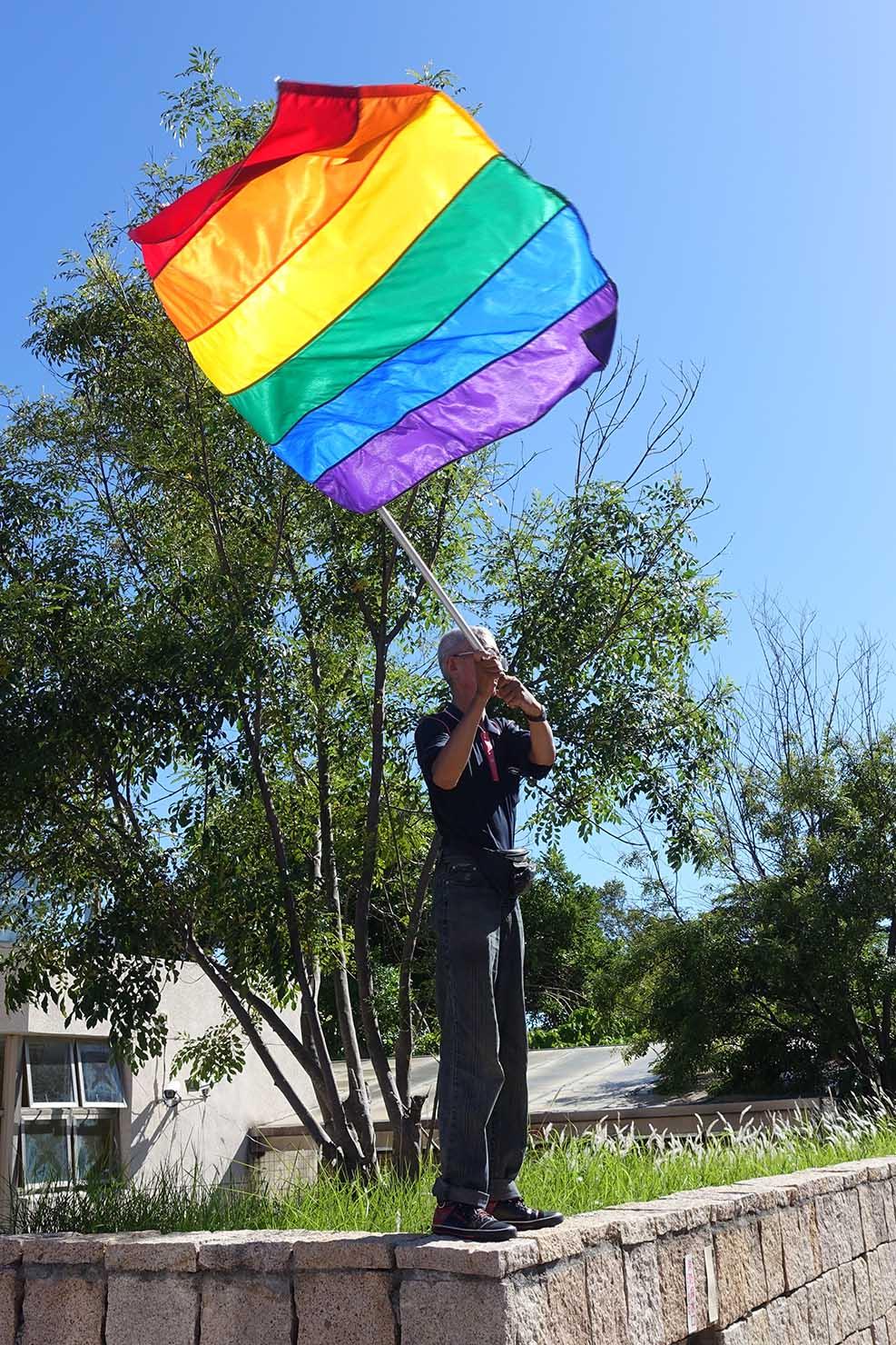 台湾東部のLGBTプライド「花東彩虹嘉年華」でレインボーフラッグを振る活動家・祁家威氏