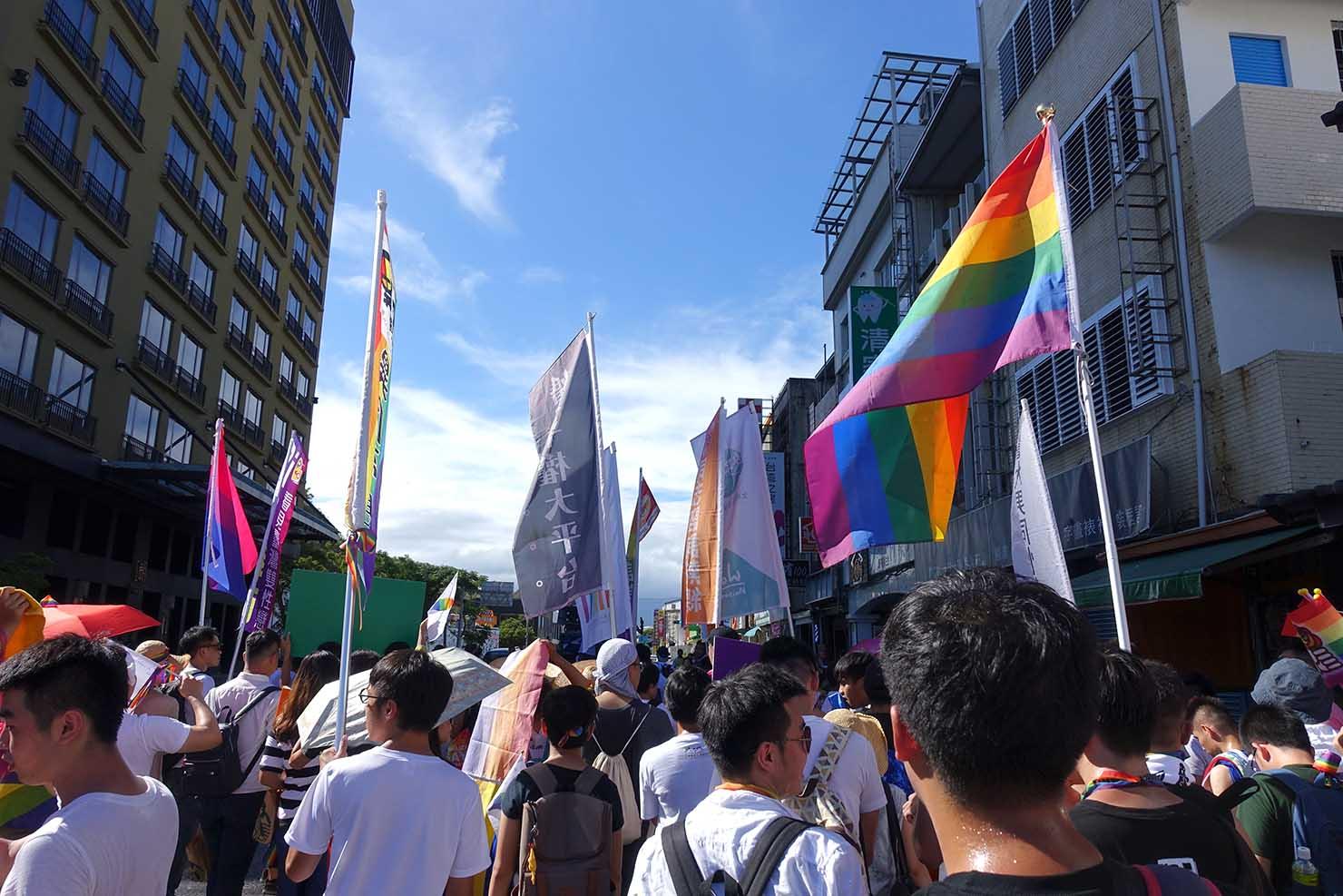 青い空にレインボーフラッグがはためく台湾東部のLGBTプライド「花東彩虹嘉年華」の一幕