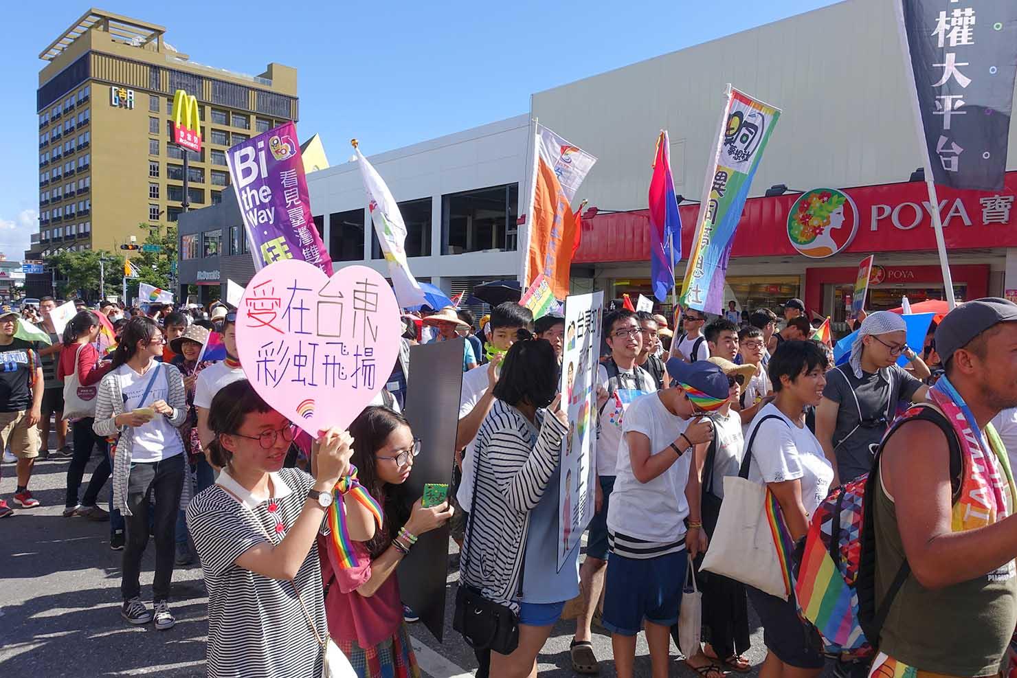 台湾東部のLGBTプライド「花東彩虹嘉年華」でパレードカーに続く参加者たち