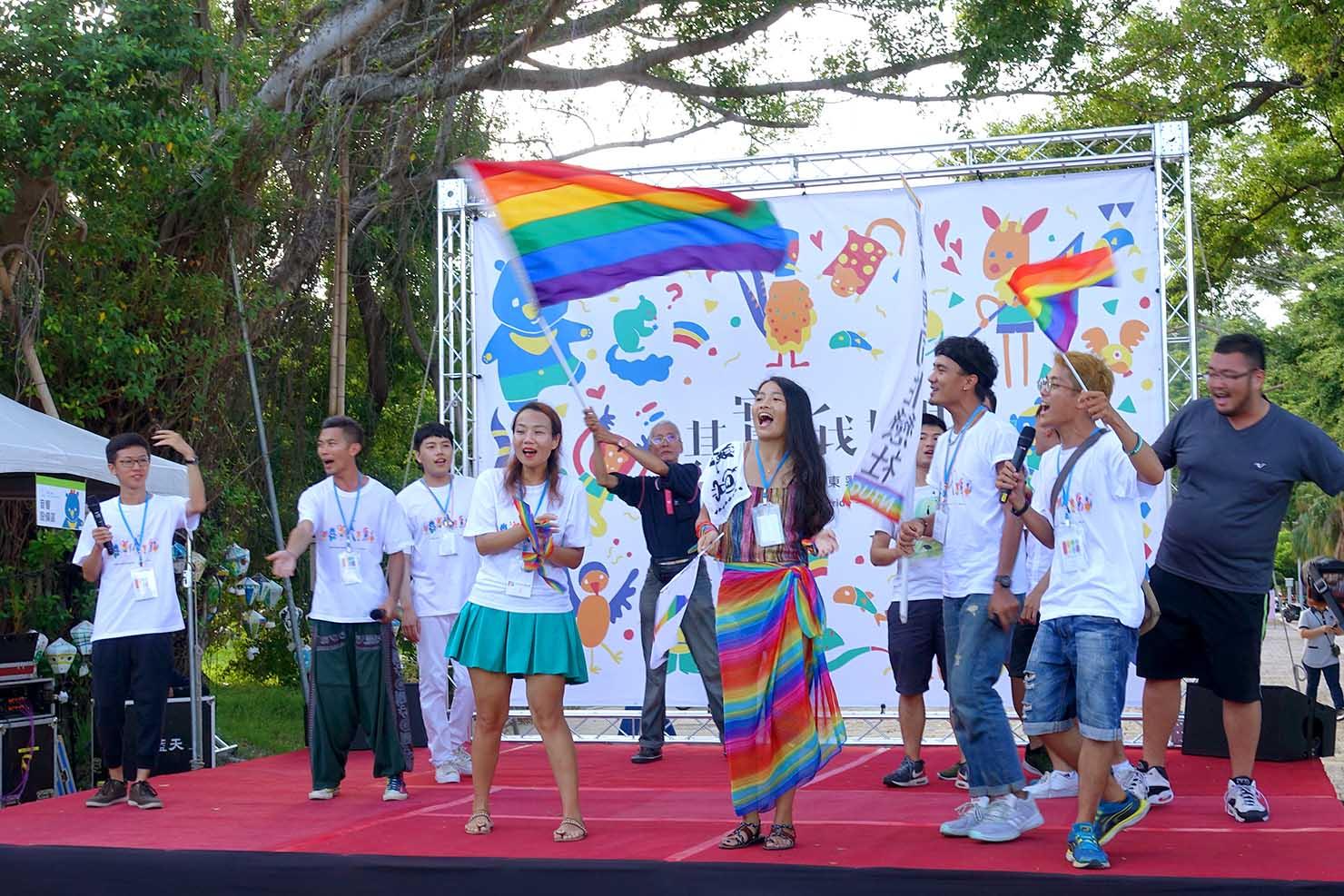 台湾東部のLGBTプライド「花東彩虹嘉年華」パレード後のステージで始まる合唱
