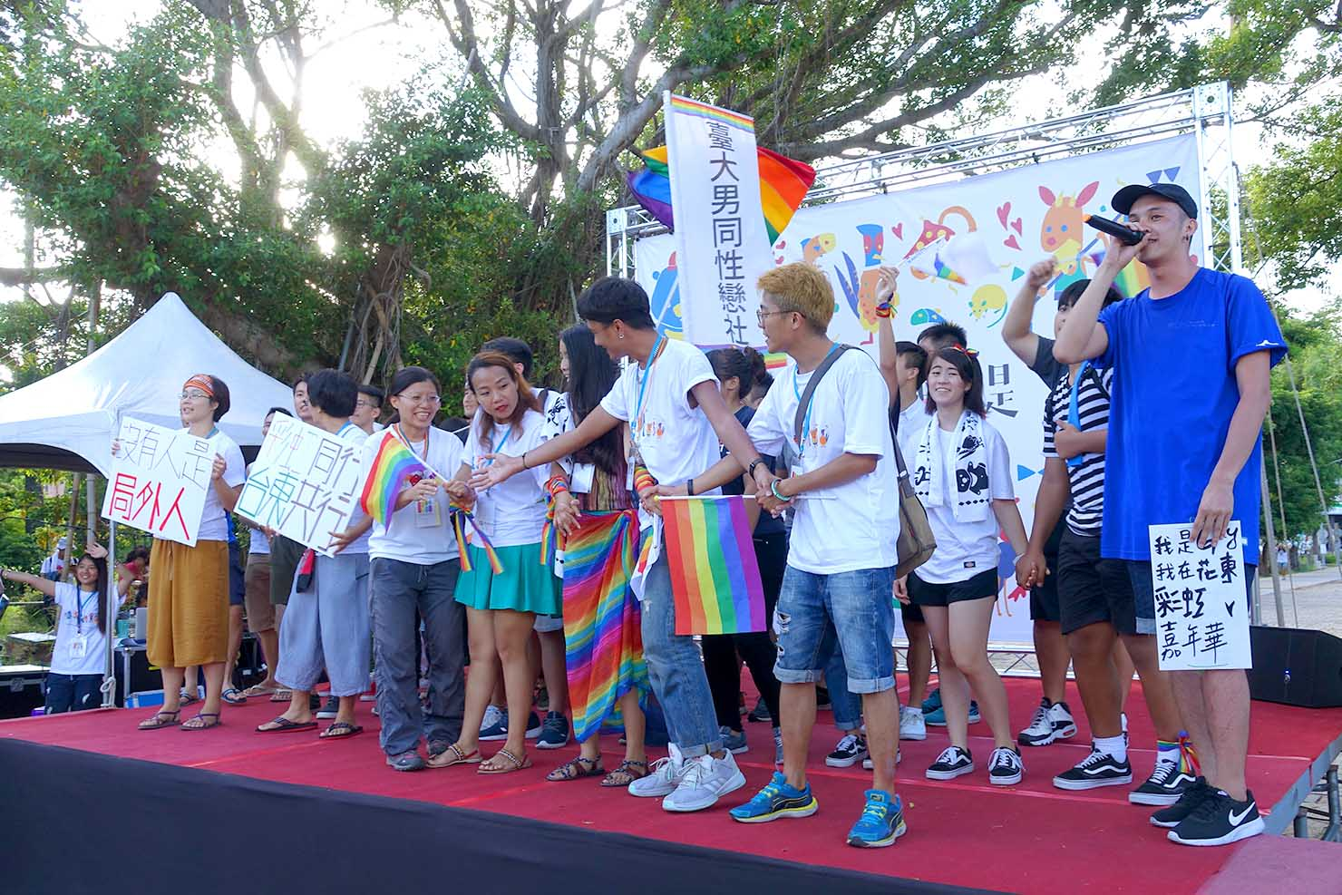 台湾東部のLGBTプライド「花東彩虹嘉年華」フィナーレのステージで合唱に加わる参加者たち