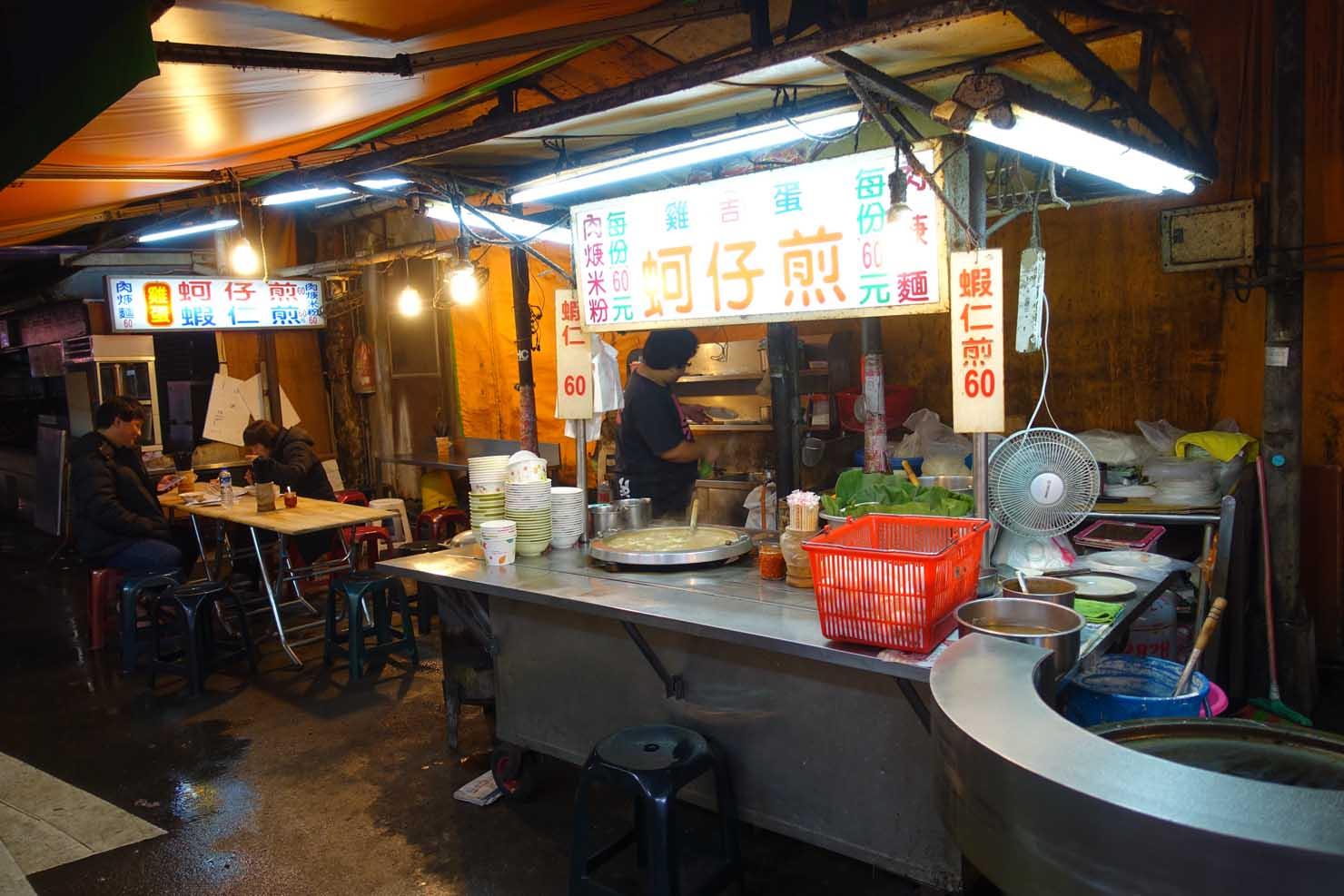 台北・臨江街夜市(通化夜市)のおすすめグルメ屋台「阿吉雞蛋蚵仔煎」の外観