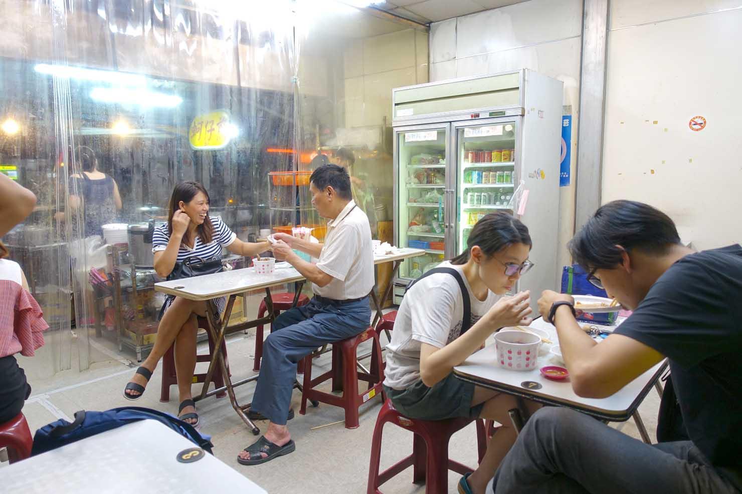 台北・士林夜市のおすすめグルメ店「上等十全排骨」の店内