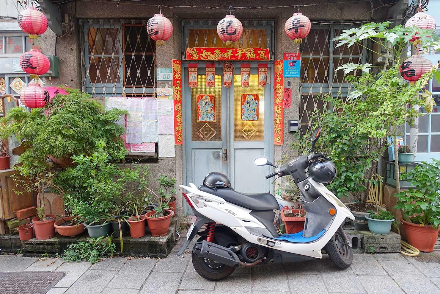 台湾の古都・台南のおすすめ観光スポット「神農街」にある古民家の軒先