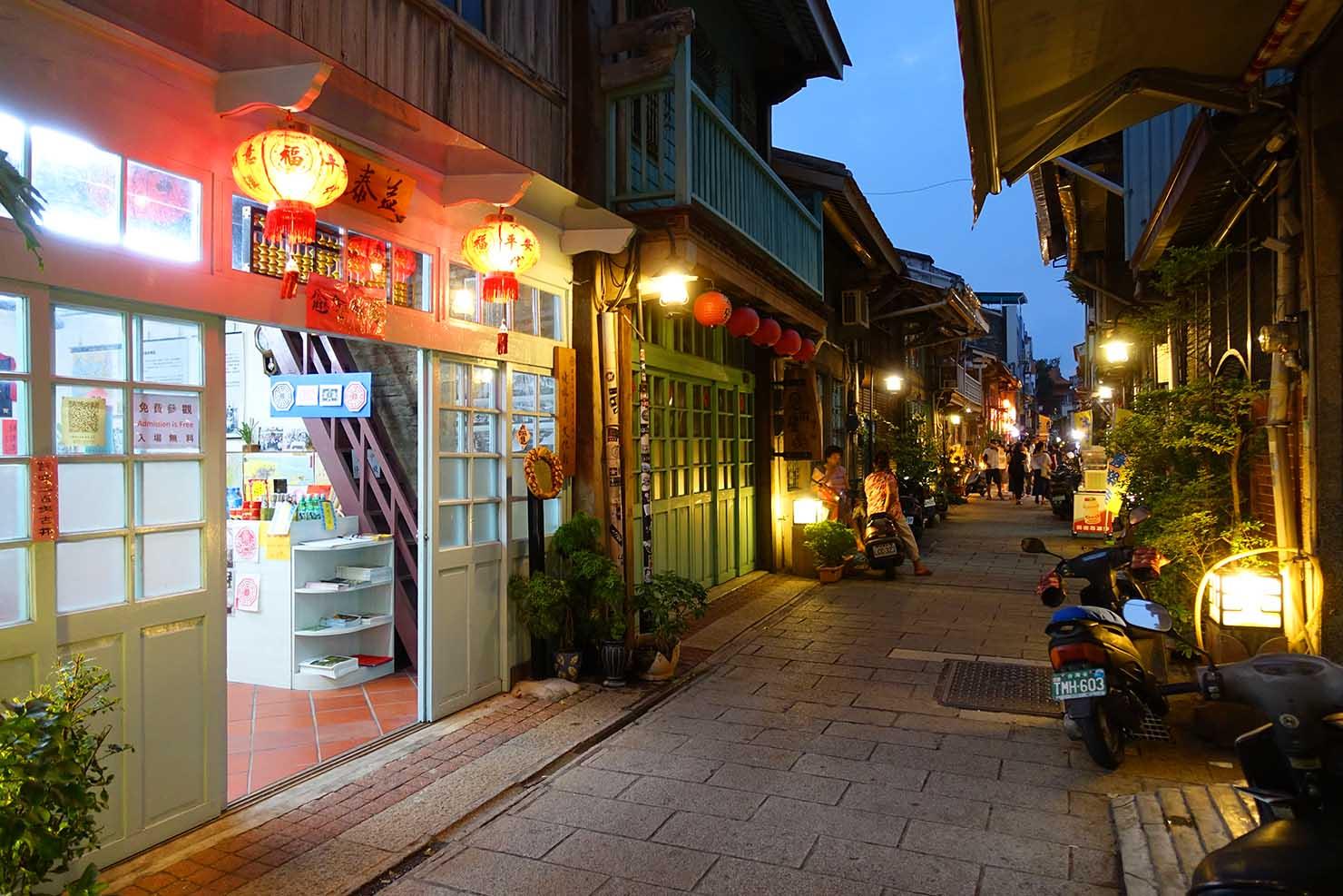 台湾の古都・台南のおすすめ観光スポット「神農街」夜の街並み