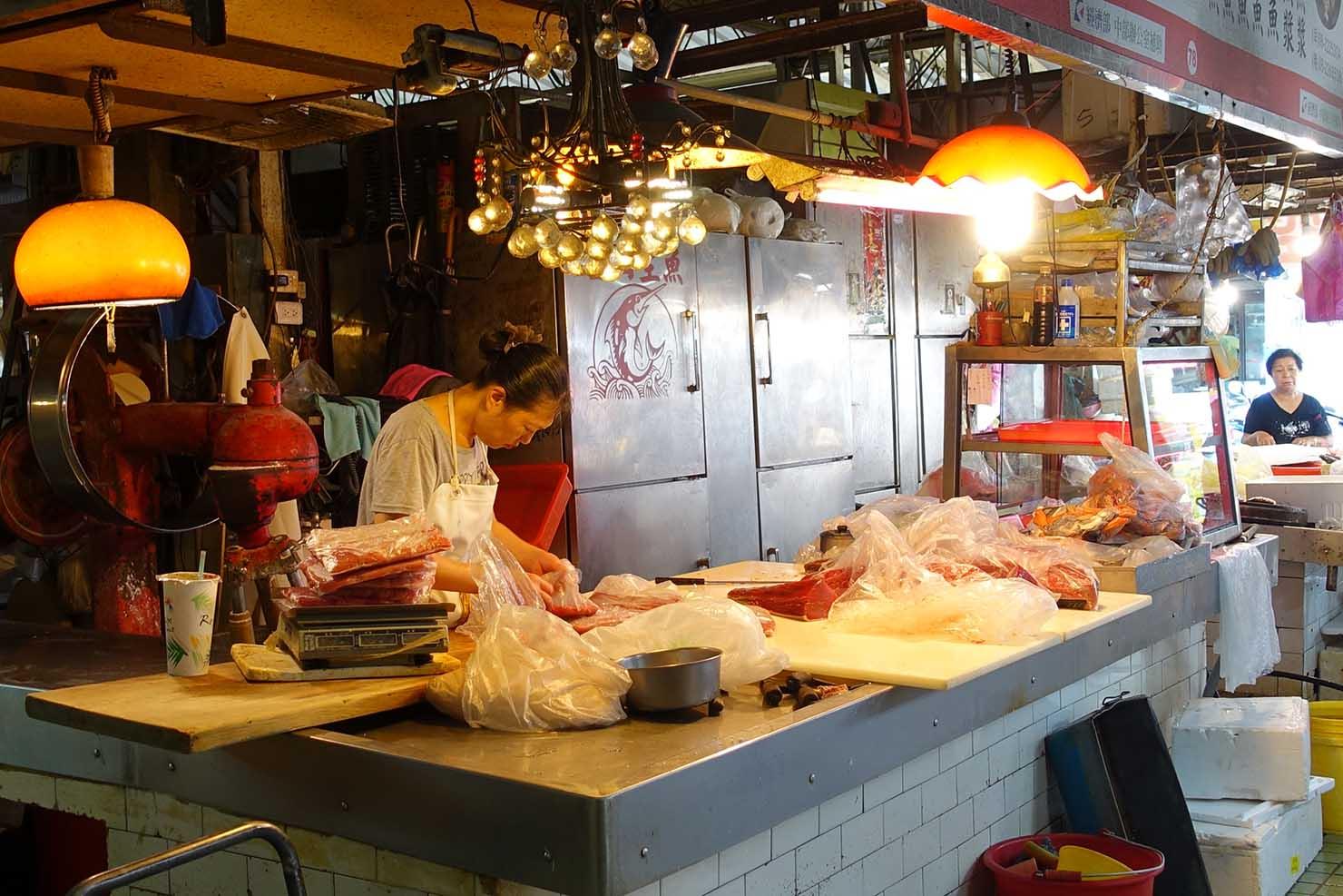 台湾の古都・台南のおすすめ観光スポット「水仙宮市場」の魚屋
