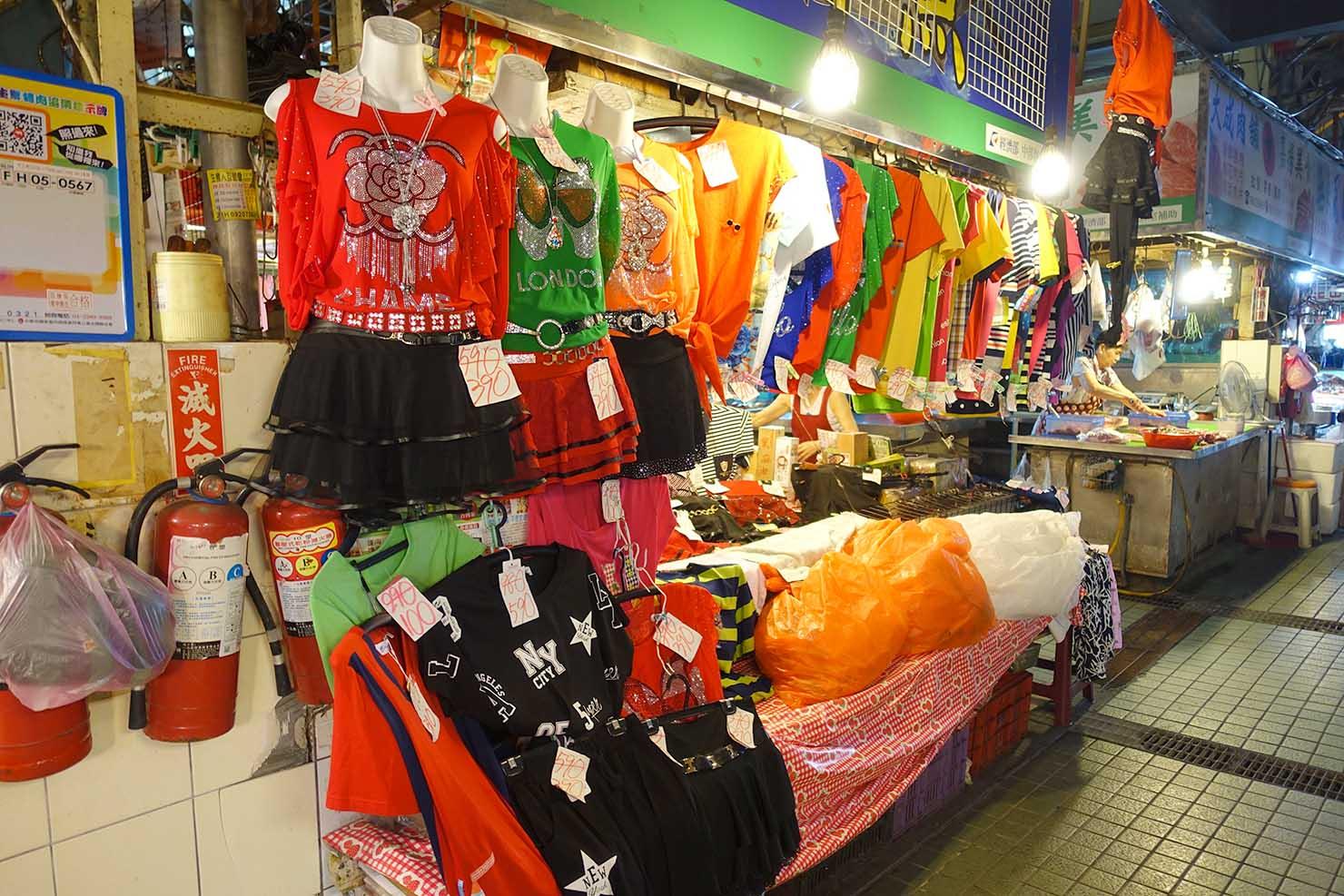 台湾の古都・台南のおすすめ観光スポット「水仙宮市場」の洋服店