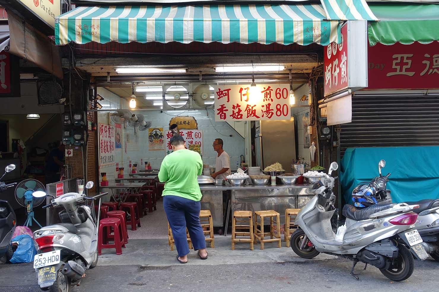 台湾の古都・台南のおすすめグルメスポット「國華街」の蚵仔煎(牡蠣オムレツ)店
