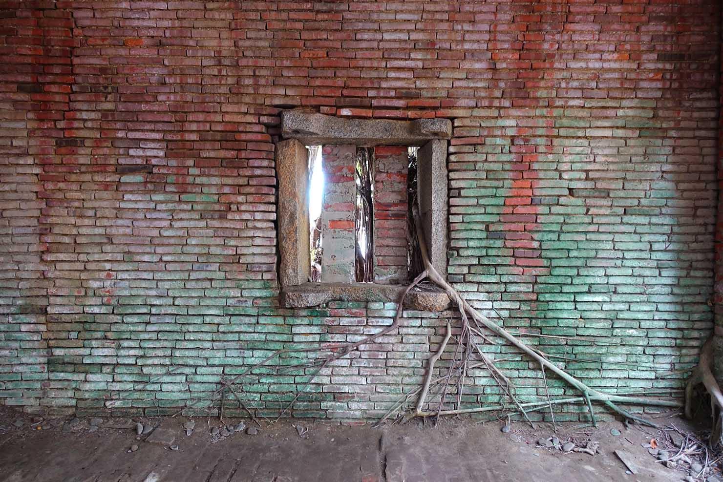 台湾の古都・台南のおすすめ観光スポット「安平樹屋」の窓