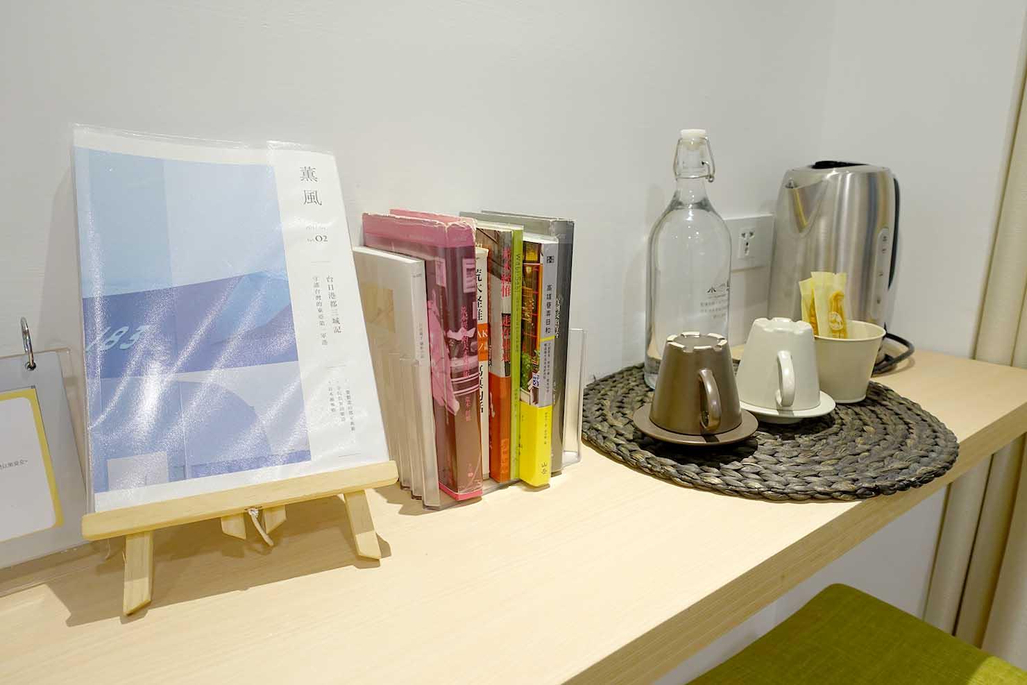 高雄・美麗島駅徒歩3分の立地最高なおすすめホテル「小島公寓 Island House」ダブルルームに置かれた本