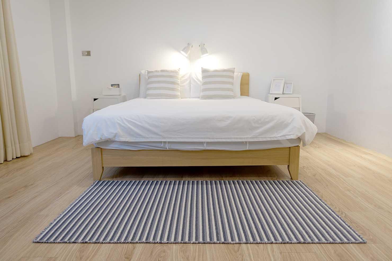 高雄・美麗島駅徒歩3分の立地最高なおすすめホテル「小島公寓 Island House」ダブルルームのベッド