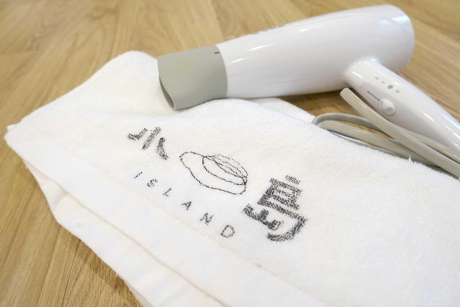 高雄・美麗島駅徒歩3分の立地最高なおすすめホテル「小島公寓 Island House」ダブルルームのタオルとドライヤー