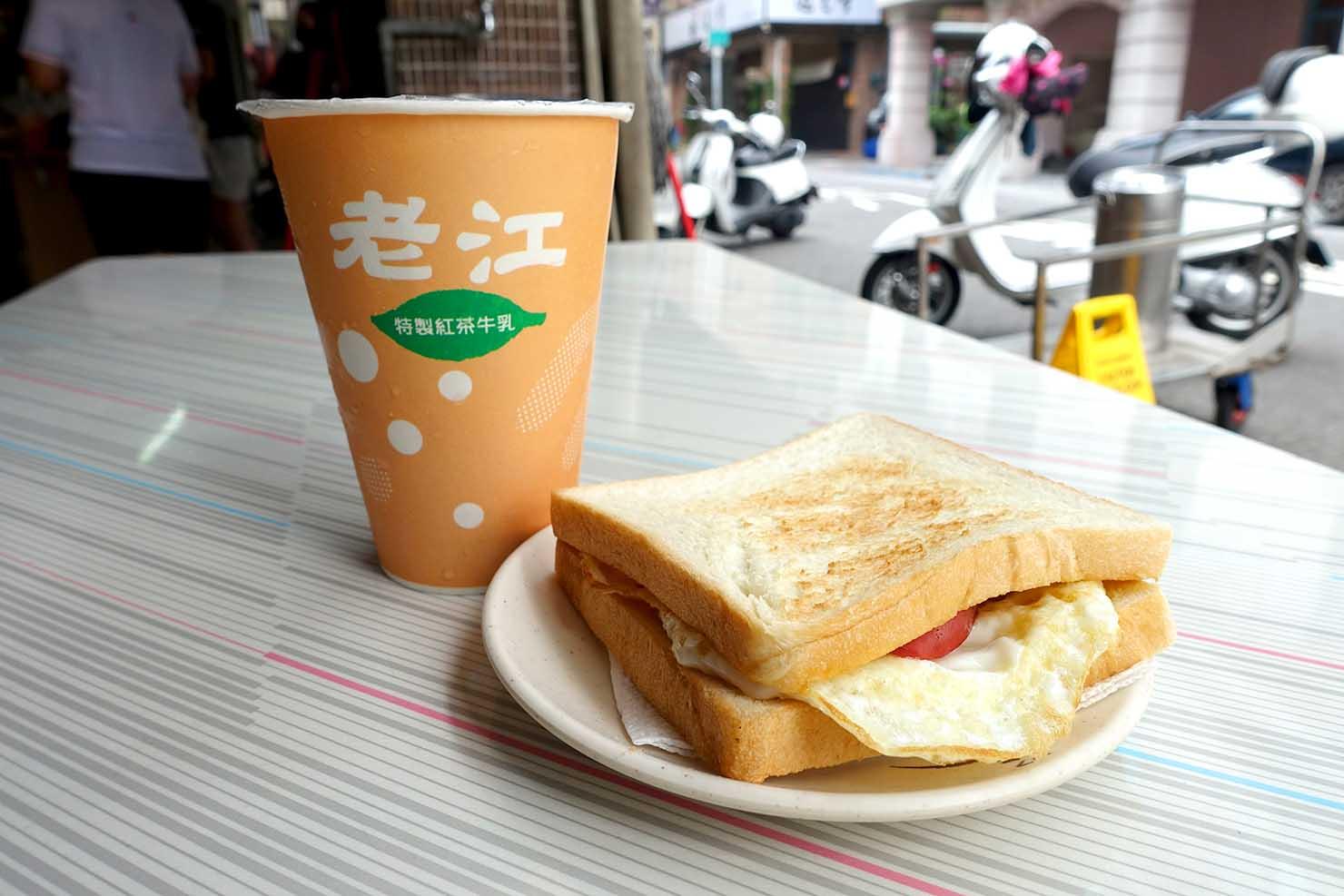 高雄・美麗島の老舗朝ごはん屋さん「老江紅茶牛奶」の火腿蛋吐司(ハムエッグトースト)+紅茶牛奶(ミルクティー)