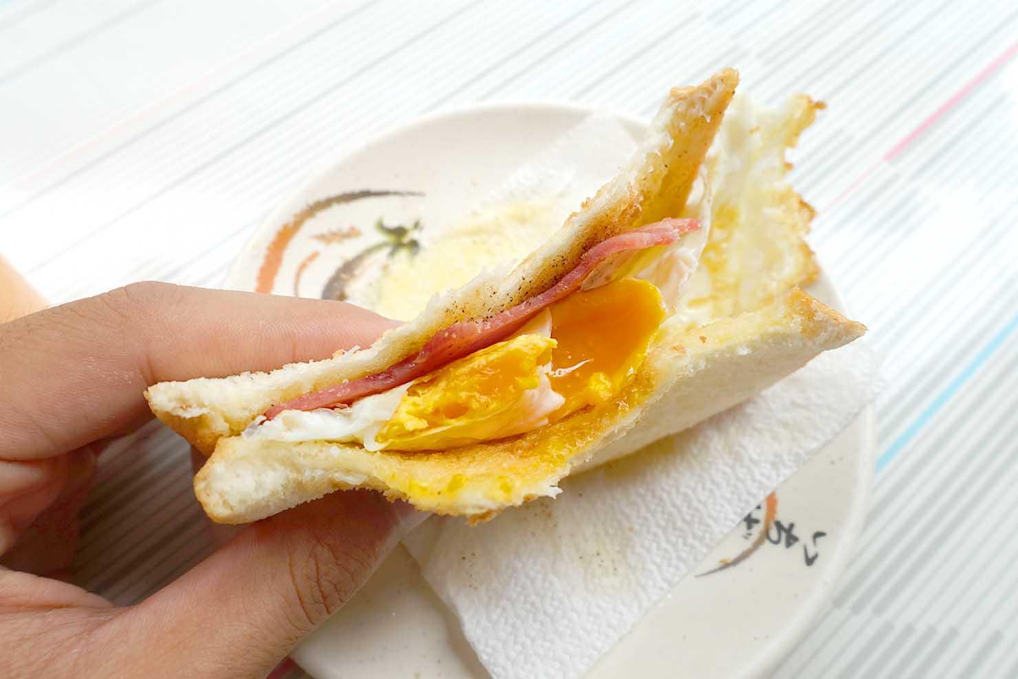 高雄・美麗島の老舗朝ごはん屋さん「老江紅茶牛奶」の火腿蛋吐司(ハムエッグトースト)