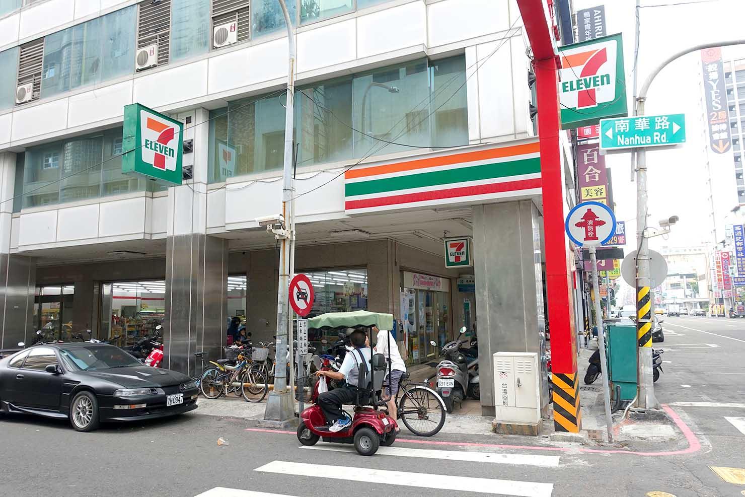 高雄・美麗島駅徒歩3分の立地最高なおすすめホテル「小島公寓 Island House」最寄りのセブンイレブン