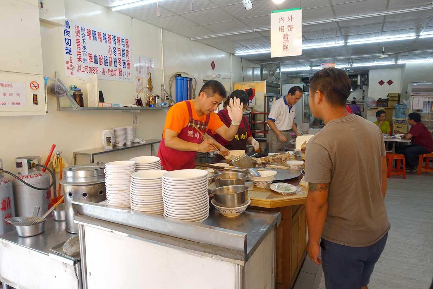 高雄の伝統台湾グルメエリア・鹽埕埔「鴨肉珍」のカウンター