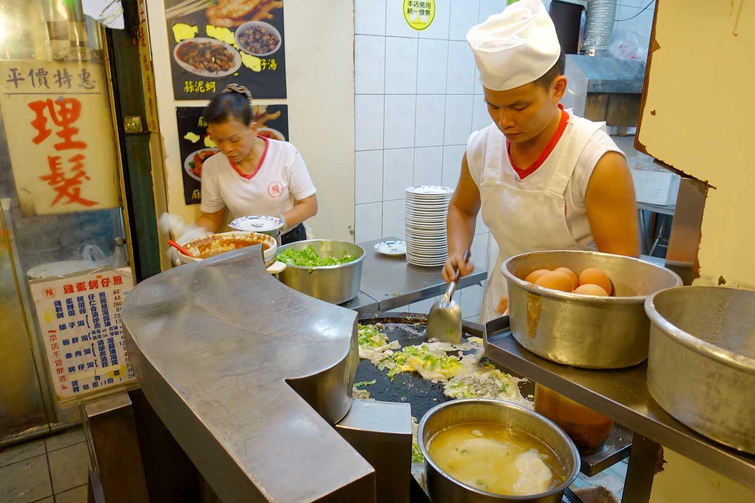 台北駅最寄りの人気夜市・寧夏夜市「賴雞蛋蚵仔煎」の調理カウンター